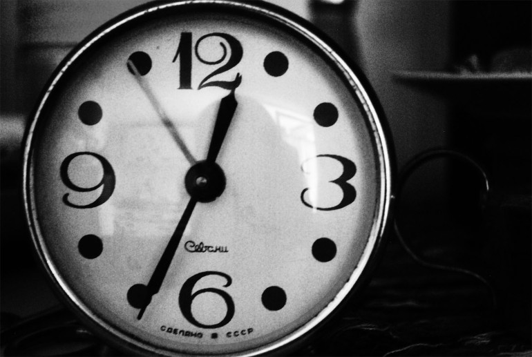 Clock counting down seconds on mobile video advertising